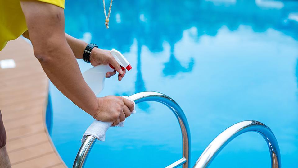 プール手すりの消毒