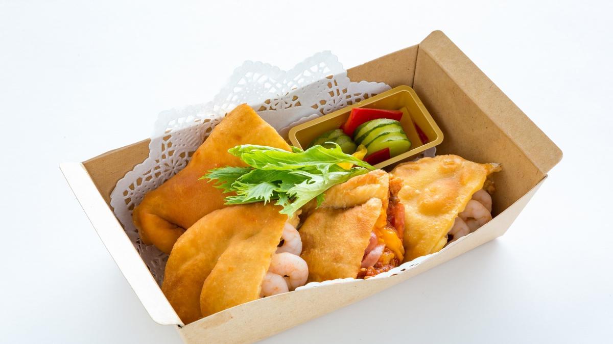 あじ豚のボロネーゼとチェダーチーズのカルツォーネ 宮崎キノコと小海老クリームのカルツォーネ