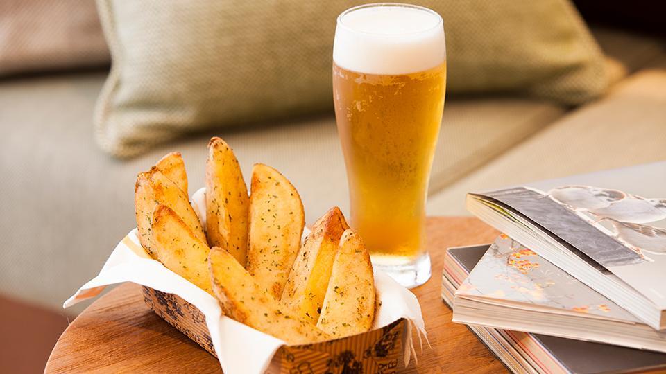 バターの香り豊かなフライドポテト&地ビール