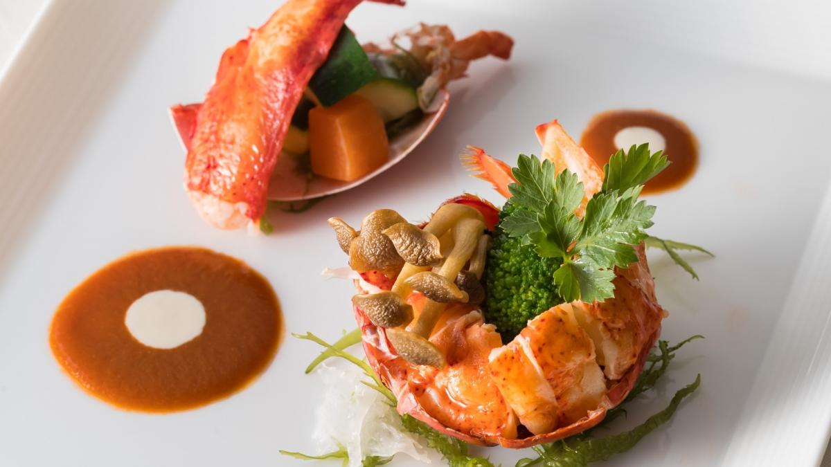 オマール海老のローストと爪肉と野菜のサラダ仕立て エビの香り豊かなソースで
