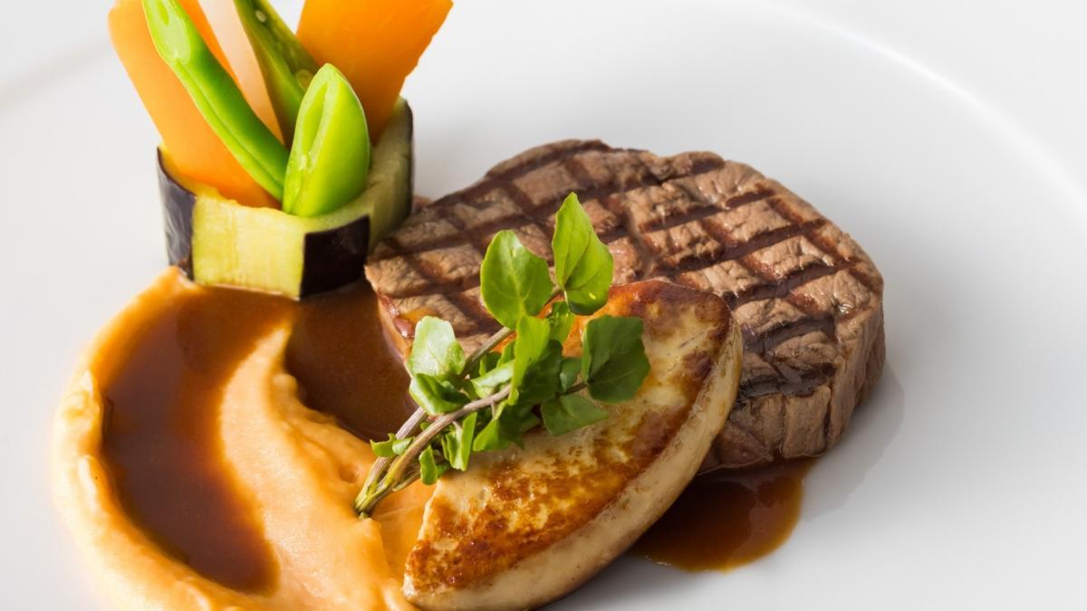 牛フィレ肉とフォアグラ 温野菜添え ポルトガル産マデラワインのソース