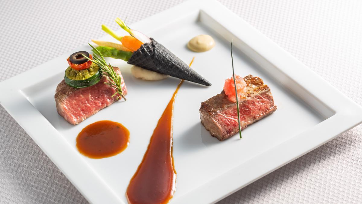 宮崎県産ハーブ牛ロース 和風ソースと 国産牛フィレ肉 黒胡椒ソースの食べ比べ
