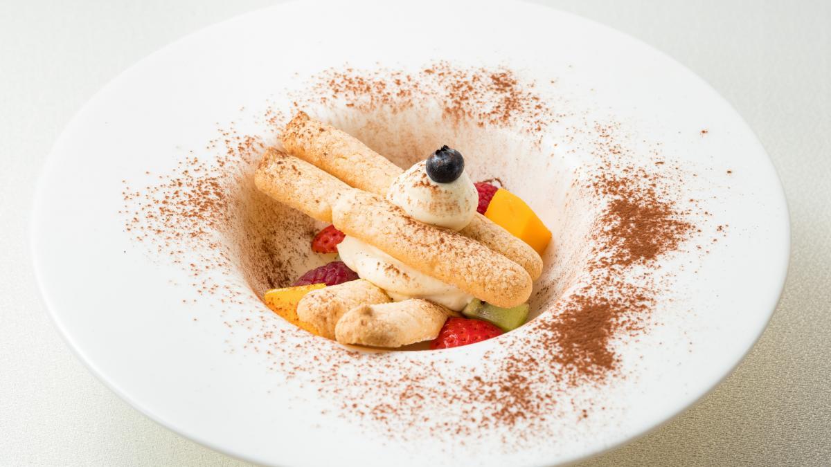 マスカルポーネのムースと 季節のフルーツ ビスキュイ添え