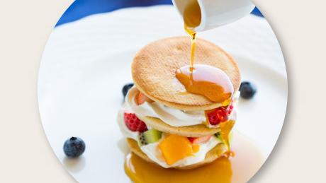 パンケーキとマンゴー&季節のフルーツ  たっぷりのミルフィーユ仕立て