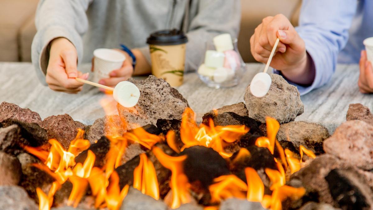 焚火のリビング 焼きマシュマロ