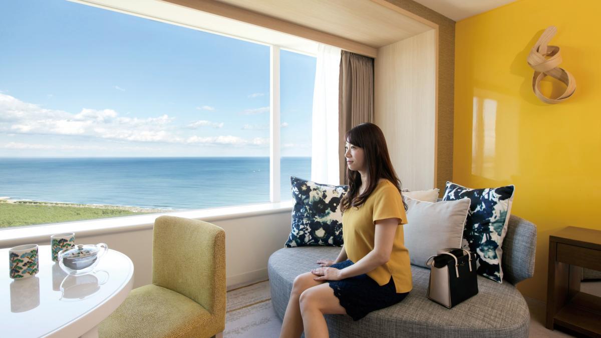 大きな窓から、雄大な太平洋と黒松林の絶景を望む客室