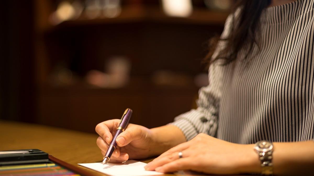 旅の思い出を手紙に綴る空間