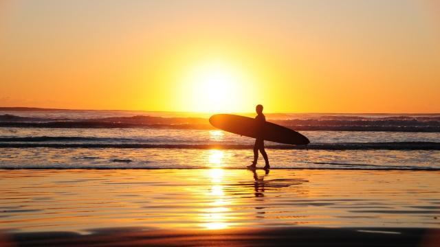 サーフィン(波乗り)を愉しむ